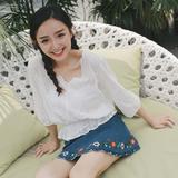 13良品 白色刺绣镂空钩花荷叶边V领蕾丝上衣女秋季短款 中袖衬衫